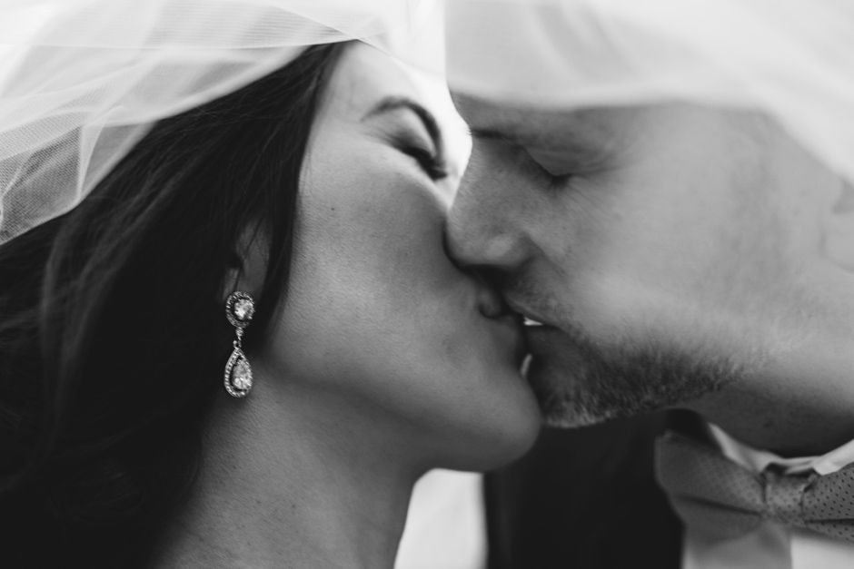 bride-and-groom-kissing_byron-bay